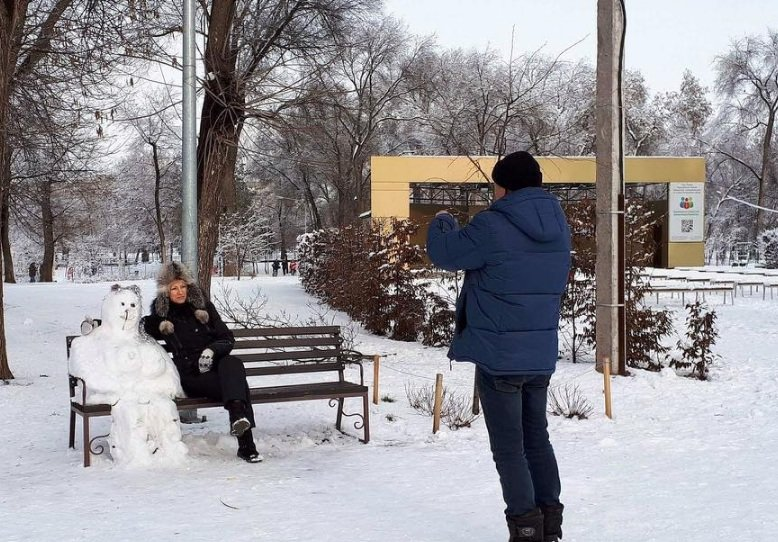 Снежный флешмоб в Кривом Роге: Горожане вылепили огромного Почекуна и сотни снеговиков (ФОТО), фото-2
