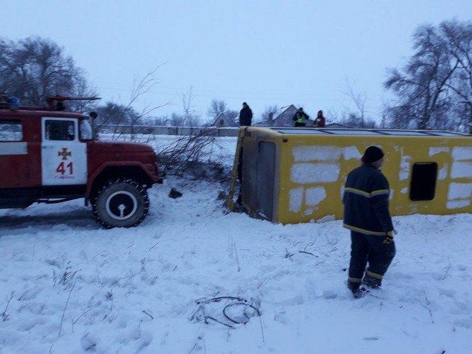 Под Кривым Рогом перевернулся автобус с пассажирами. Есть пострадавшие (ФОТО), фото-1