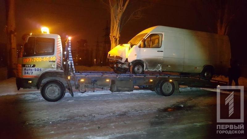 ДТП в Кривом Роге: микроавтобус влетел в электроопору, водителя госпитализировали (ФОТО), фото-1