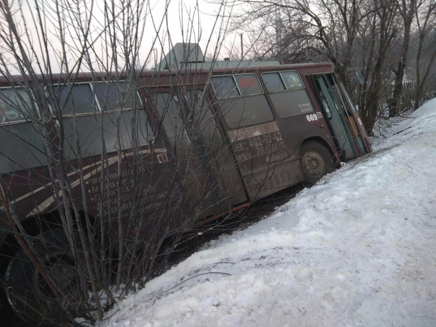 """В Кривом Роге троллейбус """"сбился с маршрута"""" и попал в огород частного  дома (ФОТО), фото-3"""