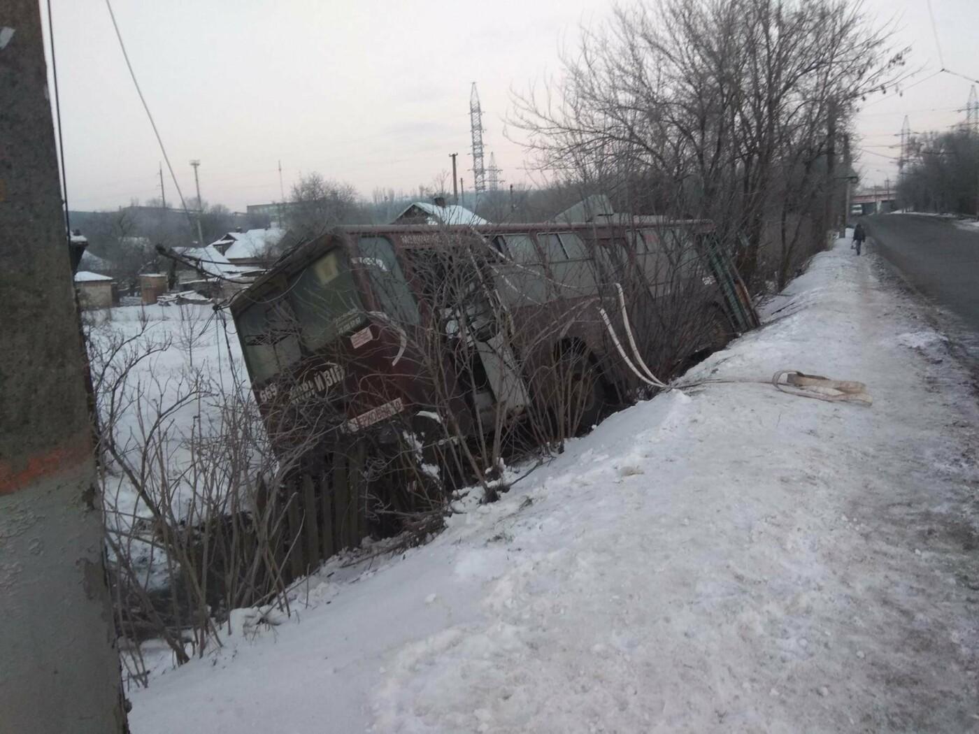 """В Кривом Роге троллейбус """"сбился с маршрута"""" и попал в огород частного  дома (ФОТО), фото-1"""
