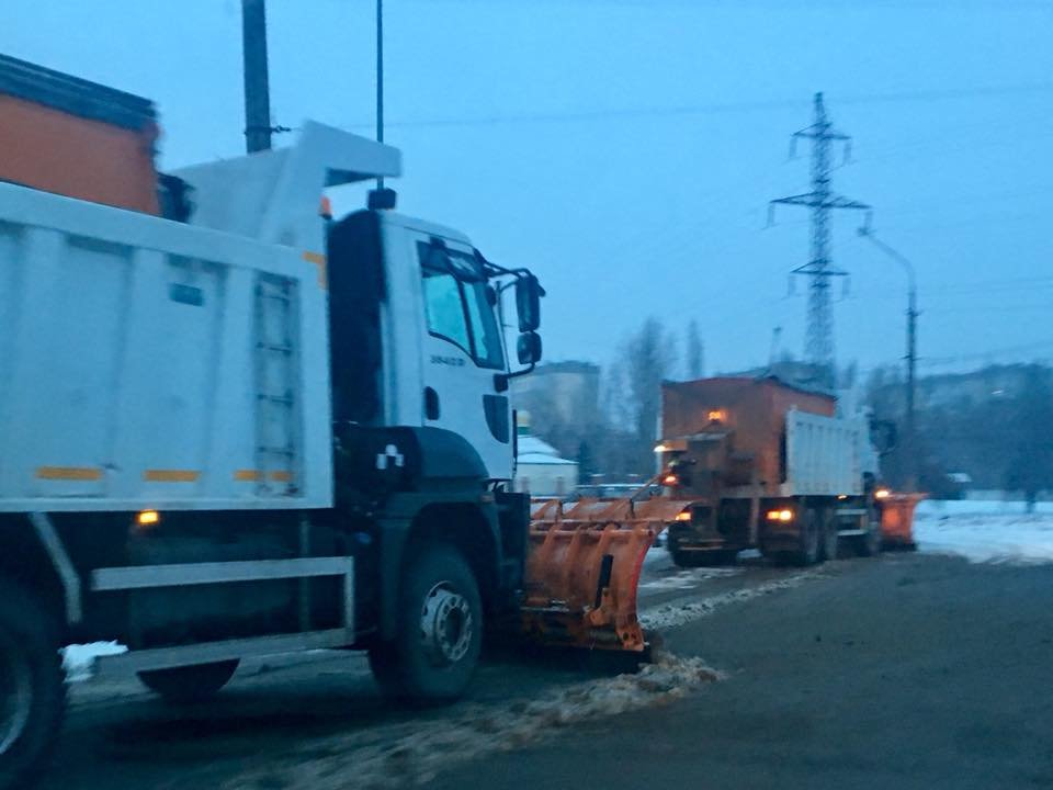 Ночью на расчистку криворожских дорог от снега вывели 25 единиц спецтехники (ФОТО), фото-1
