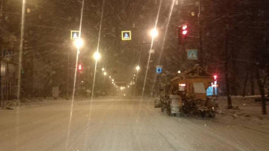 Ночью на расчистку криворожских дорог от снега вывели 25 единиц спецтехники (ФОТО), фото-6