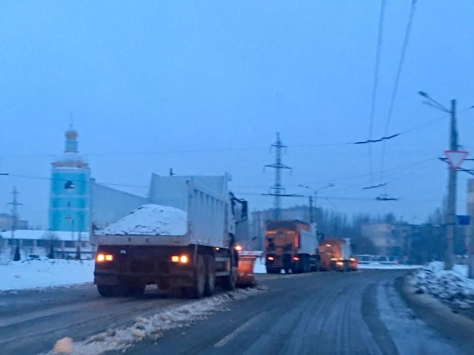 Ночью на расчистку криворожских дорог от снега вывели 25 единиц спецтехники (ФОТО), фото-2