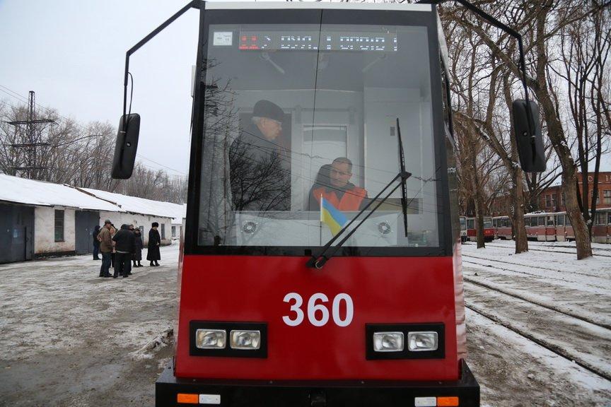 В Кривом Роге за миллион отремонтировали старенький трамвай (ФОТО), фото-1