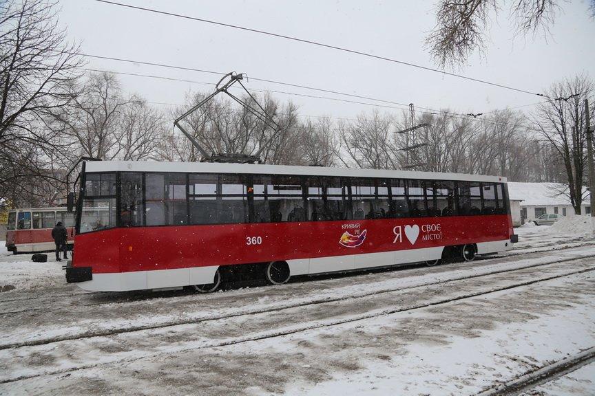 В Кривом Роге за миллион отремонтировали старенький трамвай (ФОТО), фото-2