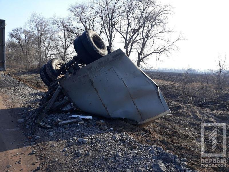 На трассе Днепр - Кривой Рог перевернулась фура с прицепом (ФОТО), фото-4