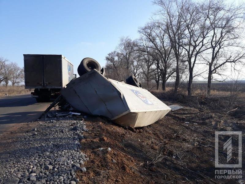 На трассе Днепр - Кривой Рог перевернулась фура с прицепом (ФОТО), фото-3