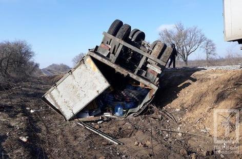 На трассе Днепр - Кривой Рог перевернулась фура с прицепом (ФОТО), фото-1