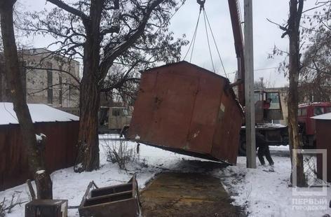 В криворожском дворе демонтировали гараж, куда сносили краденный металл (ФОТО), фото-2