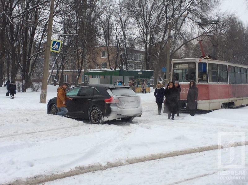 В Кривом Роге пассажиры и вместе с водителем трамвая выкапывали из сугроба автомобиль (ФОТО), фото-1