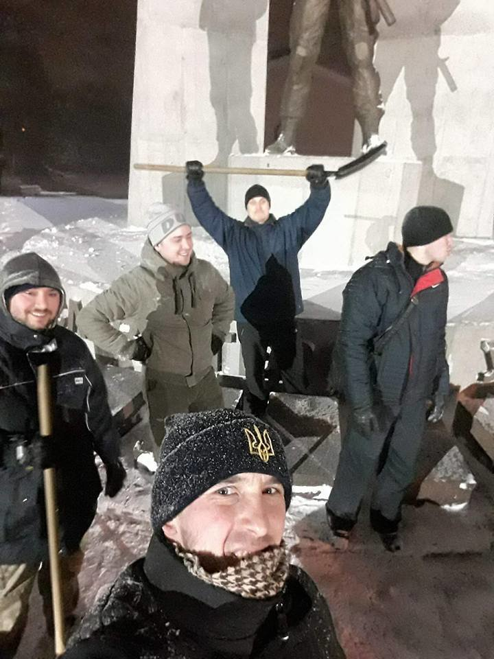 В Кривом Роге патриоты убрали от снега площадь перед памятником Героям АТО (ФОТО), фото-1