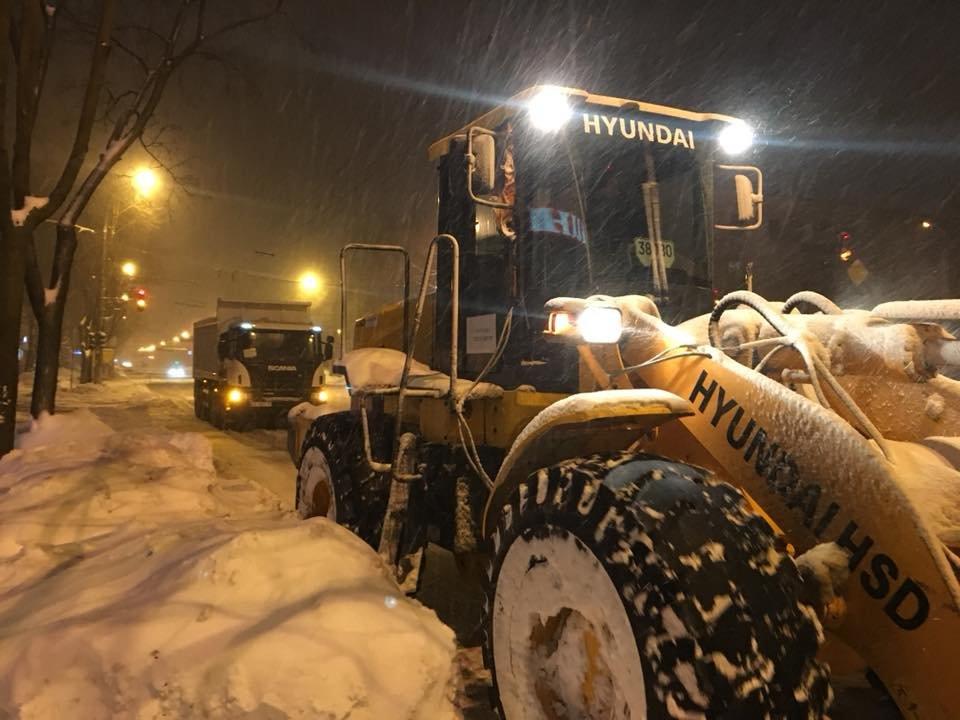 За сутки на криворожские дороги высыпали более 400 тонн противогололедной смеси  (ФОТО), фото-1