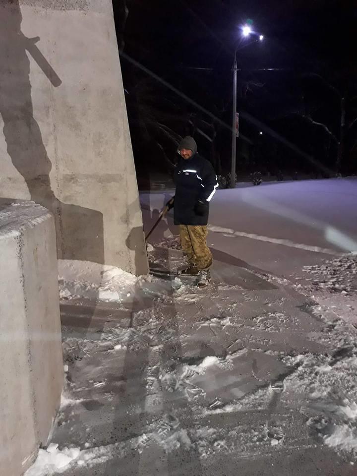 В Кривом Роге патриоты убрали от снега площадь перед памятником Героям АТО (ФОТО), фото-3