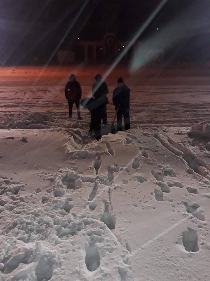 В Кривом Роге патриоты убрали от снега площадь перед памятником Героям АТО (ФОТО), фото-4