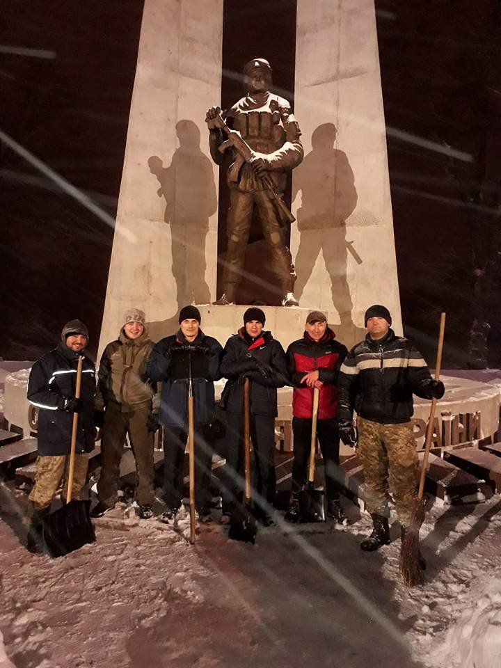 В Кривом Роге патриоты убрали от снега площадь перед памятником Героям АТО (ФОТО), фото-2