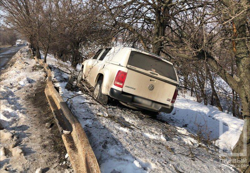 Скользкая дорога: В Кривом Роге падение внедорожника с крутого склона предотвратило дерево (ФОТО), фото-3