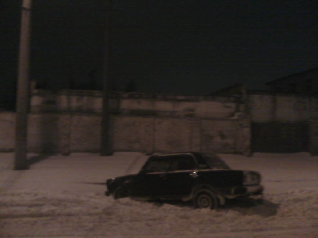 В Кривом Роге машина провалилась в открытый люк, спрятанный под снегом (ФОТО), фото-2