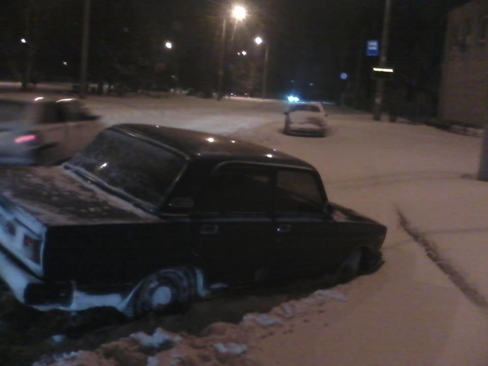 В Кривом Роге машина провалилась в открытый люк, спрятанный под снегом (ФОТО), фото-3