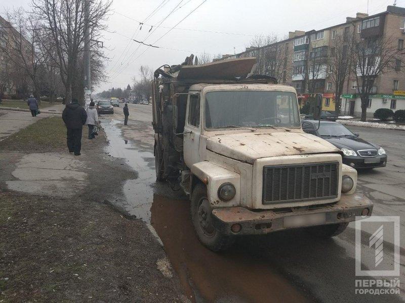 В Кривом Роге: мужчина резал вены в УВД, мусоровоз врезался в Hyundai, женщина воровала с могил венки и продавала, фото-1
