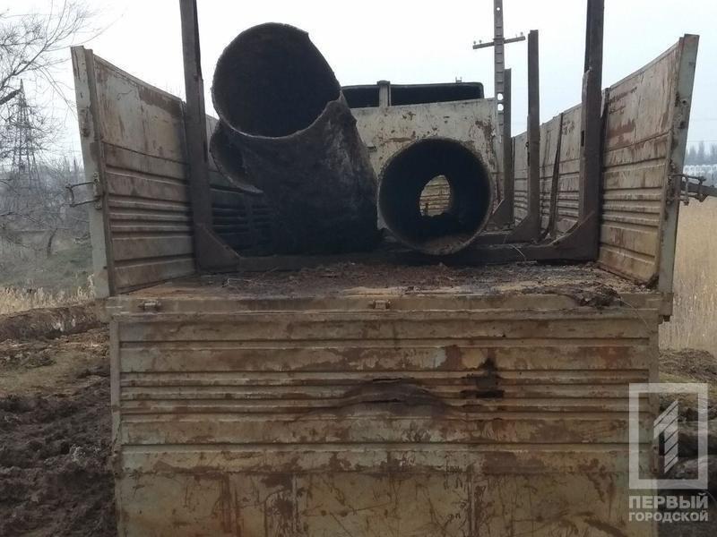В Кривом Роге неизвестные продолжают выкапывать металлические трубы крупного диаметра (ФОТО), фото-2