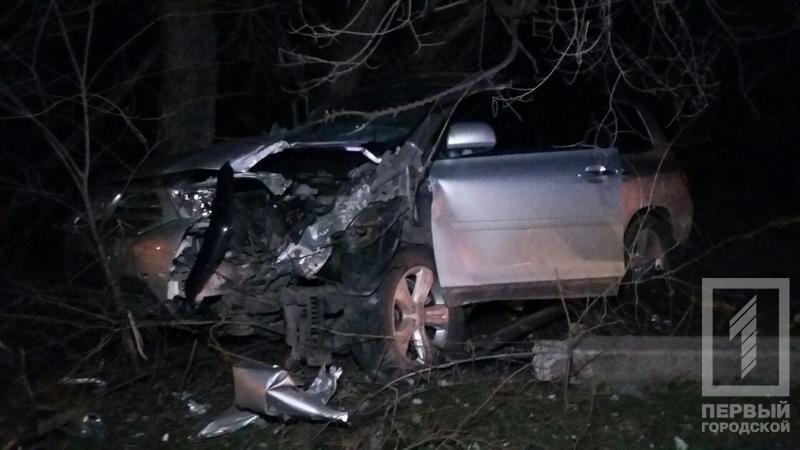 "ДТП в Кривого Рога: ""Toyota"" зацепила две легковушки и влетела в столб (ФОТО), фото-1"