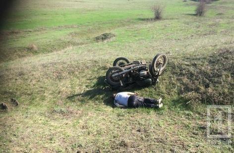 В Криворожском районе мотоцикл слетел в кювет и перевернулся. Водитель погиб на месте (ФОТО), фото-1