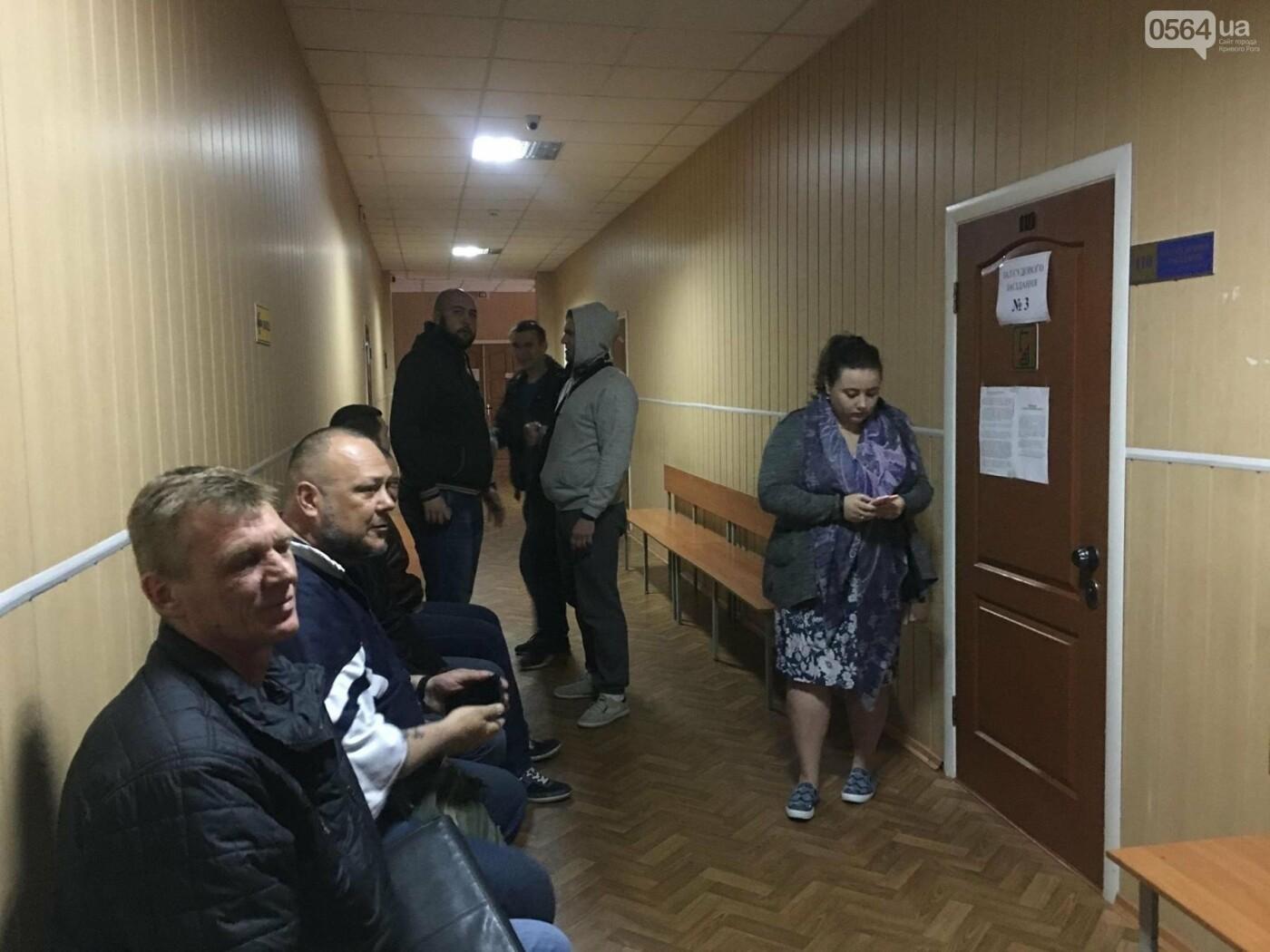 В Кривом Роге: простились с Героем, перенесли суд над надругавшимся над флагом Украины, в ДТП пострадала женщина-водитель, фото-1