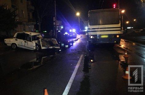 В Кривом Роге легковой автомобиль влетел в автобус: пострадавших госпитализировали в тяжелом состоянии, - ФОТО , фото-3