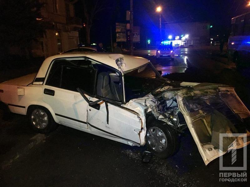 В Кривом Роге легковой автомобиль влетел в автобус: пострадавших госпитализировали в тяжелом состоянии, - ФОТО , фото-1