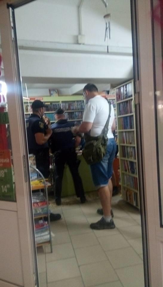 """""""Книги из ДНР?"""": криворожские активисты провели рейд по книжным магазинам на наличие антиукраинской литературы, - ФОТО, фото-3"""