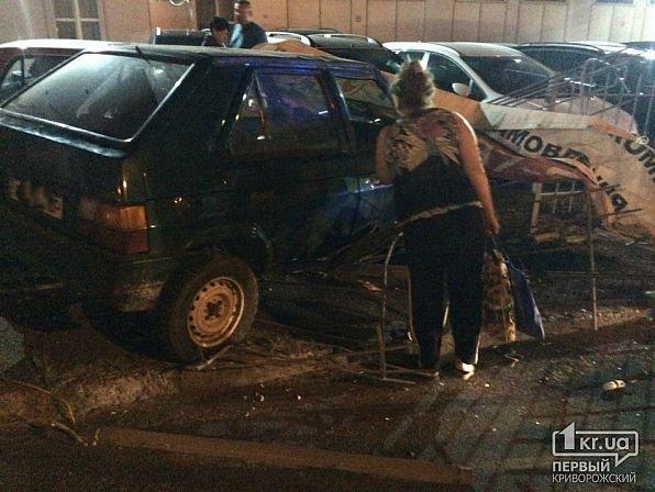 В Кривом Роге легковушка снесла ограждение и влетела в автомобили на стоянке, - ФОТО, фото-3