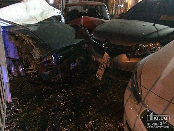 В Кривом Роге легковушка снесла ограждение и влетела в автомобили на стоянке, - ФОТО, фото-2