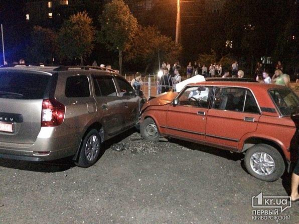 В Кривом Роге легковушка снесла ограждение и влетела в автомобили на стоянке, - ФОТО, фото-4