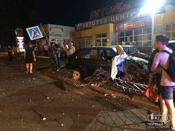 В Кривом Роге легковушка снесла ограждение и влетела в автомобили на стоянке, - ФОТО, фото-6
