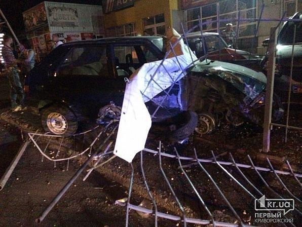В Кривом Роге легковушка снесла ограждение и влетела в автомобили на стоянке, - ФОТО, фото-7
