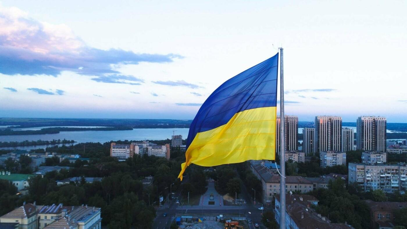 В Днепре подняли флаг Украины на флагшток высотой в 24-этажный дом, - ФОТО, фото-2