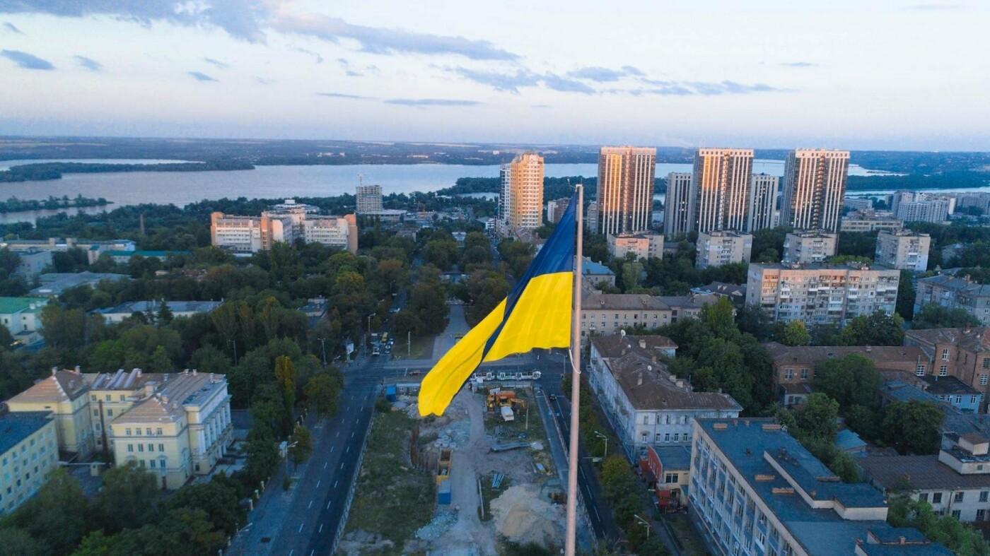 В Днепре подняли флаг Украины на флагшток высотой в 24-этажный дом, - ФОТО, фото-4
