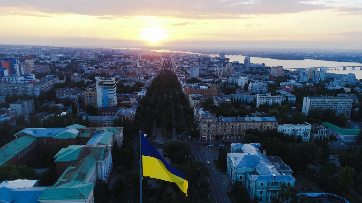 В Днепре подняли флаг Украины на флагшток высотой в 24-этажный дом, - ФОТО, фото-5