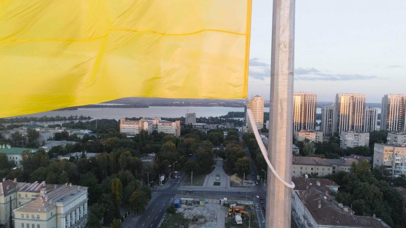 В Днепре подняли флаг Украины на флагшток высотой в 24-этажный дом, - ФОТО, фото-3
