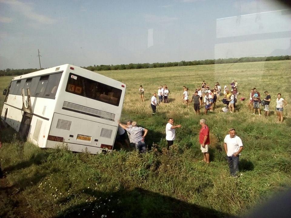 Автобус, перевозивший маленьких криворожан в детский лагерь, съехал в кювет, - ФОТО, фото-3