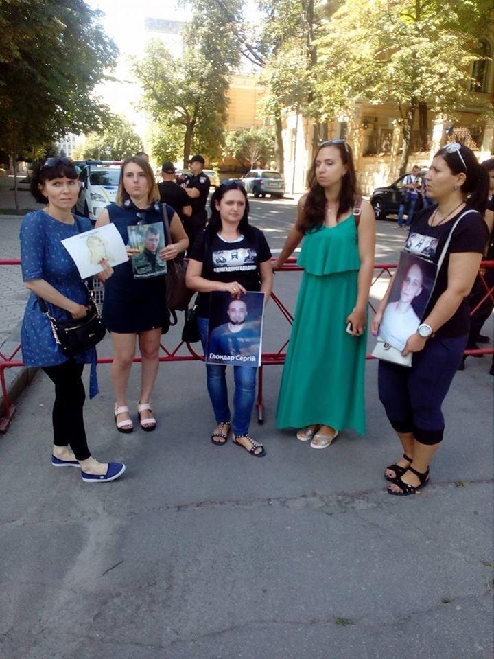 Родные находящихся в плену военнослужащих проводят акцию под Администрацией Президента, - ФОТО, фото-5