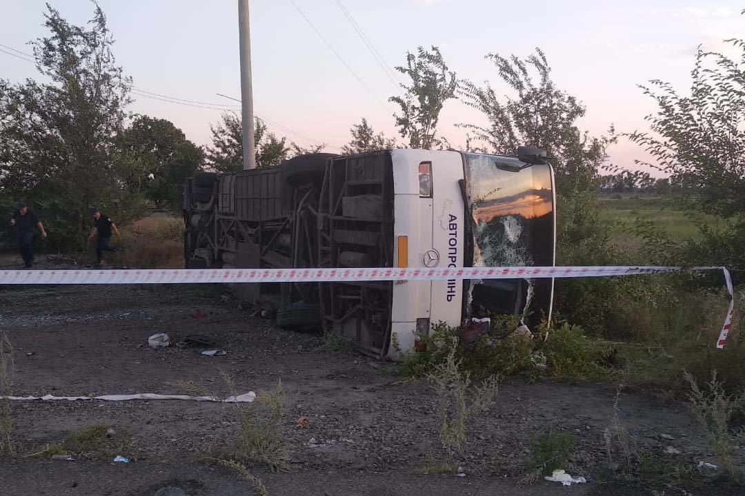 На Днепропетровщине после столкновения с Audi перевернулся автобус: 2 погибших, 23 травмированных, - ФОТО, ВИДЕО, фото-4
