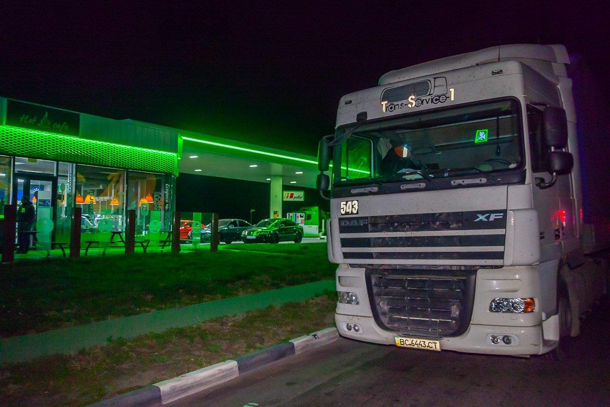Смертельное ДТП на Криворожской трассе: водитель грузовика попал под колеса такси, - ФОТО , фото-1