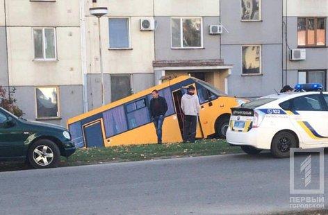 В Кривом Роге маршрутка скатилась в кювет под подъезд жилого дома, - ФОТО, фото-1