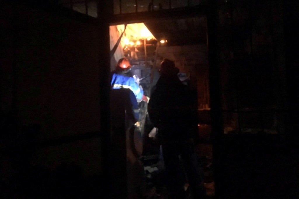 Криворожские медики спасают мужчину, которого вытащили из горящего дома, - ФОТО , фото-1