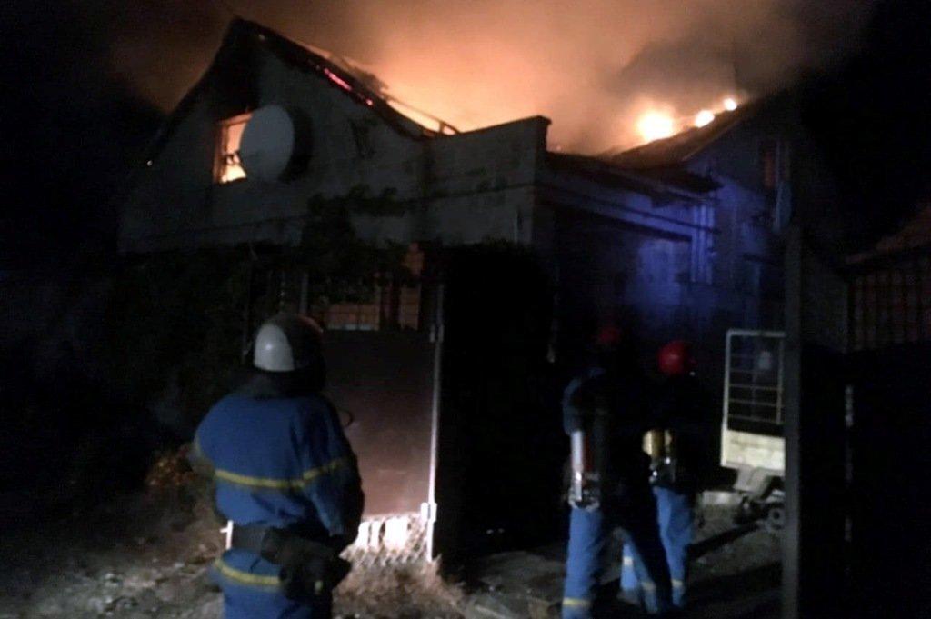 Криворожские медики спасают мужчину, которого вытащили из горящего дома, - ФОТО , фото-2