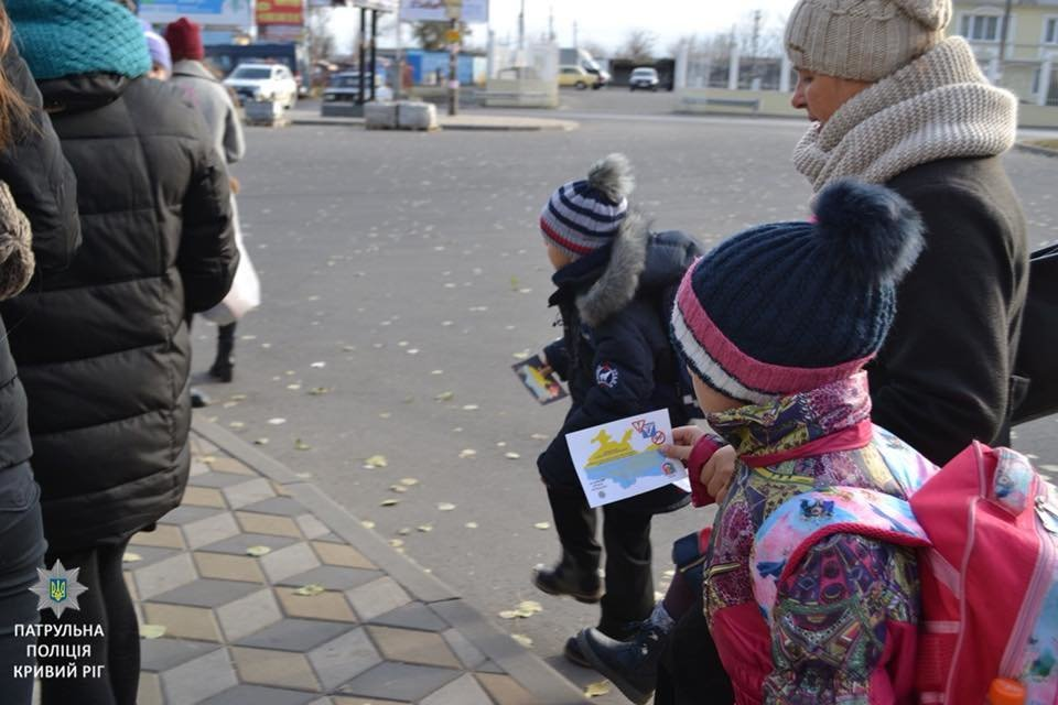 «Безопасность на дороге - безопасность жизни»: криворожские школьники тестировали водителей на знание ПДД, - ФОТО , фото-5
