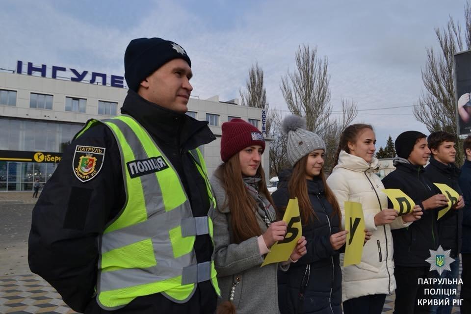«Безопасность на дороге - безопасность жизни»: криворожские школьники тестировали водителей на знание ПДД, - ФОТО , фото-1