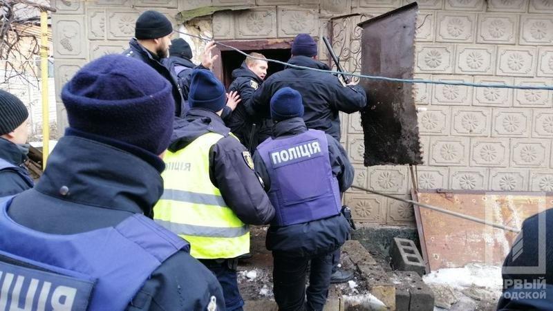 В Кривом Роге несколько десятков полицейских задерживали мужчину с серпом и топором, - ФОТО, фото-6
